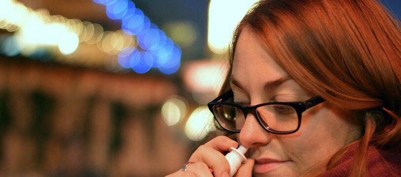 Un spray nasal.