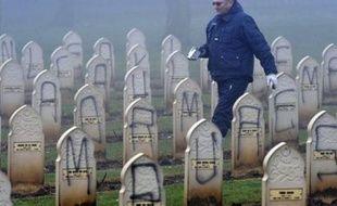 Près de 500 tombes musulmanes du cimetière militaire Notre-Dame-de-Lorette, près d'Arras, ont été profanées dans la nuit de dimanche à lundi, notamment avec des inscriptions insultantes envers l'islam et des croix gammées, a annoncé le procureur d'Arras.