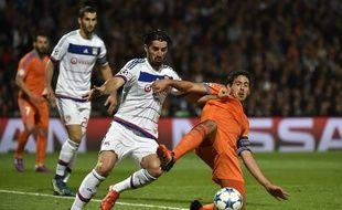 Ici au duel avec le milieu espagnol Daniel Parejo, Milan Bisevac a notamment participé au match de Ligue des champions face à Valence (0-1) lors de la première partie de saison.