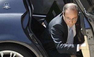 """Le président français François Hollande a sévèrement taclé la politique qu'avait menée Nicolas Sarkozy, vendredi lors d'une conférence de presse à Rome, affirmant, sans le nommer, que son prédécesseur avait manqué de """"sérieux budgétaire"""", vendredi à Rome."""