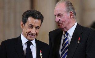 Le président de la République, Nicolas Sarkozy, discute avec le roi d'Espagne, Juan Carlos, avant d'être adoubé de l'Ordre de la Toison d'Or , le 16 janvier 2012 à Madrid.