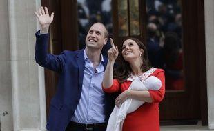Le Prince William et la duchesse de Cambridge posent avec leur troisième enfant devant le St Mary's Hospital de Londres, ler 23 avril 2018
