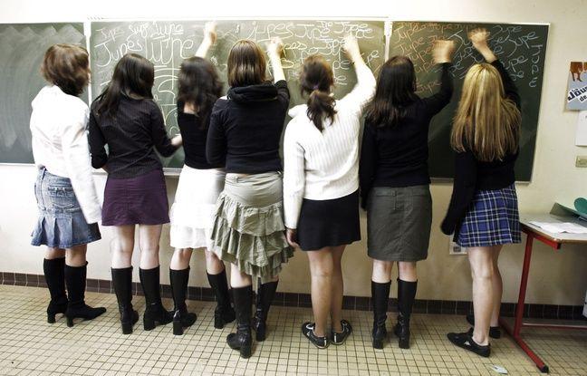 Des jeunes filles écrivent au tableau, le 24 mars 2006 dans une classe du lycée de Saint-Aubin-du-Cormier, où a été lancée la «Journée de la jupe».