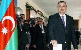 Le président sortant de l'Azerbaïdjan, Ilham Aliev, a été réélu avec un score écrasant mercredi à la tête de cette ex-république soviétique du Caucase riche en hydrocarbures, selon un sondage réalisé à la sortie des bureaux de vote.