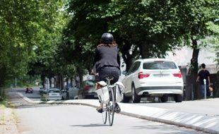 Illustration de cyclistes, circulant ici sur une piste cyclable boulevard de Chézy à Rennes.