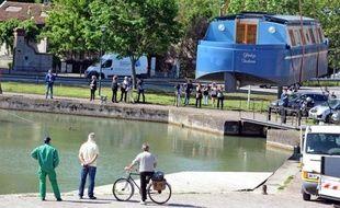 Gladys, première pénichette française de particulier totalement autonome et écologique, a été mise à l'eau vendredi sur le Canal du Midi à Toulouse, a constaté un journaliste de l'AFP.
