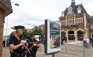 Des policiers français devant l'Hôtel de ville de Saint-Etienne-du-Rouvray, où un prêtre a été assassiné mardi 26 juillet 2016.