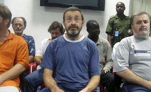 Gilles Mignon (au centre), l'un des deux ex-otages français, lors d'une conférence de presse de l'armée nigériane, le 18 novembre 2010 à Port Harcourt.