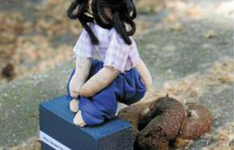 La première poupée déposée.