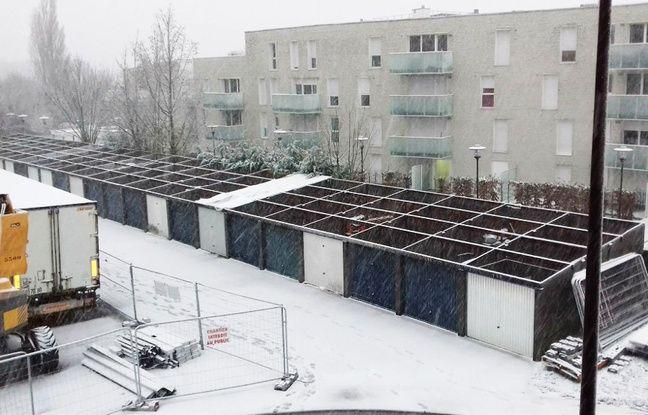 Les garages soumis à la neige après que la toiture eut été enlevée.