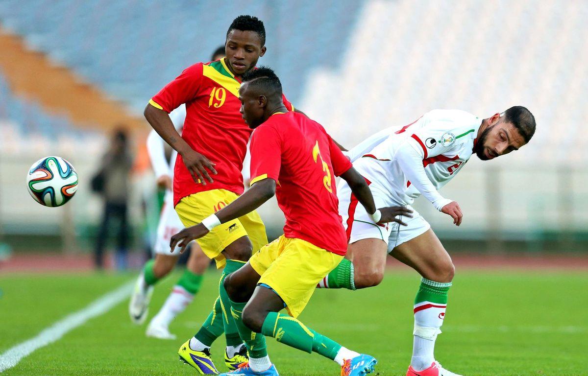 Alhassane Bangoura, à gauche, lors d'un match avec la Guinée en mars 2014.  – Ebrahim Noroozi/AP/SIPA