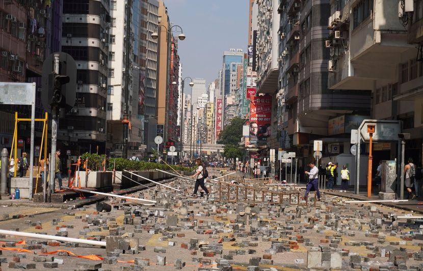 Hong Kong : Fuite spectaculaire de dizaines de manifestants assiégés par la police