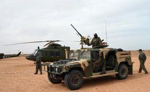 Des membres des forces spéciales tunisiennes à la frontière libyenne près du point de passage de Ras Jedir, le 6 février 2016
