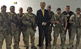 Le leader d'extrême droite Geert Wilders entouré par le SWAT, avant que n'éclate la fusillade.