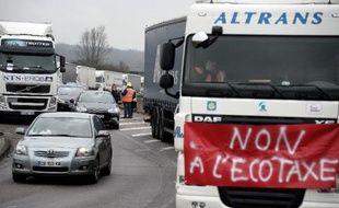 Les barrages filtrants mis en place par les routiers pour protester contre l'écotaxe provoquaient samedi des ralentissements sur plusieurs grands axes, le nombre de camions mobilisés étant de 4.500 selon les organisateurs et 2.200 selon le ministère de l'Intérieur.
