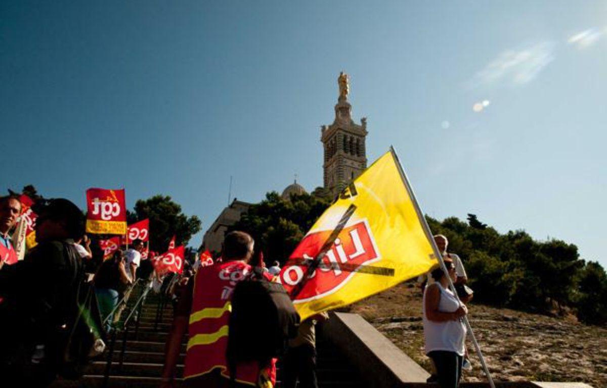 Les ouvriers de Fralib ont recouvert en mars 2011 Notre Dame de la Garde d'une banderole pour manifester contre la fermeture de leur usine Lipton à Gémenos. – SEGURAN/ZEPPELINNETWORK/SIPA