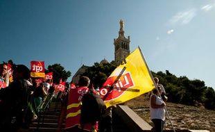 Les ouvriers de Fralib ont recouvert en mars 2011 Notre Dame de la Garde d'une banderole pour manifester contre la fermeture de leur usine Lipton à Gémenos.