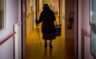 Illustration d'une femme marchant dans le couloir d'un Ehpad, ici à Brest.