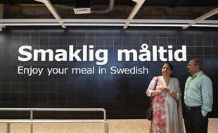 Des invités attendent devant le restaurant du nouvel Ikea, le 8 août 2018.
