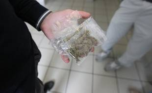 Illustration d'un trafic d'herbe et de cannabis. Ici dans un hall d'immeuble à Nantes.