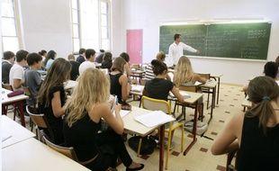 Illustration d'une salle de classe dans un lycée.