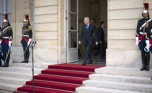 Le décret instaurant la baisse de 30% du salaire des membres du gouvernement, une promesse de François Hollande pendant sa campagne présidentielle, est paru samedi au Journal officiel