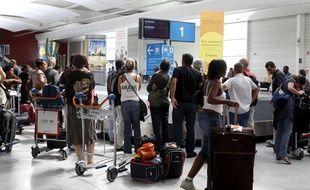 Attente de livraison de bagages à l'aéroport de Paris Orly.