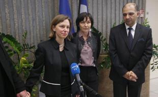 La secrétaire d'État au Développement et à la Francophonie Annick Girardin (c), l'ambassadeur de Tunisie en France Mohamed Ali Chihi et Emilie Belloche (g), la fille de Christophe Tinois, victime de l'attentat du musée du Bardo, le 26 mars 2015 à l'aéroport de Roissy à Paris