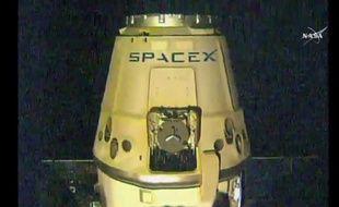 Photographie fournie par la Nasa de la capsule non habitée Dragon, de la société américaine SpaceX, quittant la Station spatiale internationale le 11 mai 2016, pour entamer son retour sur Terre
