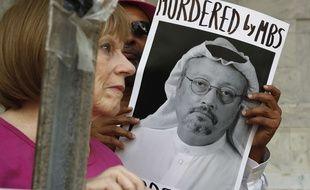 Une femme manifeste devant l'ambassade de l'Arabie saoudite à Washington, après la disparition du journaliste Jamal Khashoggi, le 10 octobre 2018. Sur l'affiche on peut lire «assassiné par MBS», certains accusant le prince héritier saoudien d'être lié à la disparition du journaliste exilé depuis 2017 aux Etats-Unis.