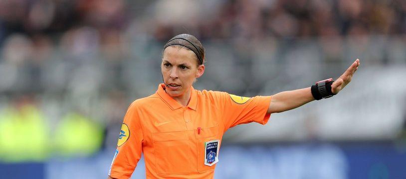 Stéphanie Frappart deviendra lors de la saison 2019-2020 la première femme à officier en Ligue 1