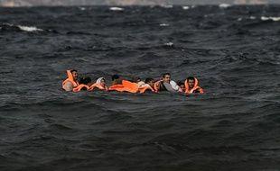Des migrants arrivent sur l'île grecque de Lesbos, le 31 octobre 2015, après avoir traversé la mer Egée