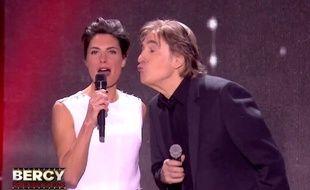 Alessandra Sublet n'a pas remarqué que Serge Lama voulait lui faire une bise et lui a mis «un vent» malgré elle, lors de l'émission «Bercy fête ses 30 ans» diffusée le 4 décembre 2015 en direct sur TF1.