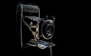 Image d'illustration d'un vieil appareil photo.