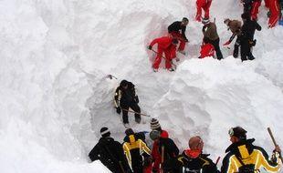 Illustration de secouristes à la recherche d'un corps dans la neige, ici aux Arcs en 2010.