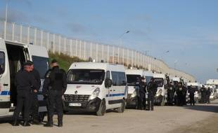 CRS devant l'ancienne «jungle» de Calais en octobre 2016
