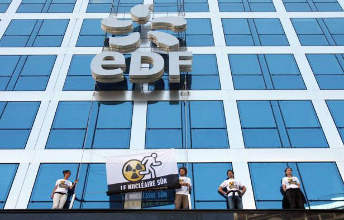 Le 21 avril 2011, des militants de Greenpeace ont escaladé l'immeuble du siège d'EDF a Paris, pour y accrocher une banderole anti-nucléaire. – CHAUVEAU/SIPA