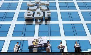 Le 21 avril 2011, des militants de Greenpeace ont escaladé l'immeuble du siège d'EDF a Paris, pour y accrocher une banderole anti-nucléaire.