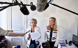 Janine Bonaggiunta (L) and Nathalie Tomasini (R),  les avocates de Jacqueline Sauvage lors d'une conférence de presse le 12 août 2016 à Paris.  ALAIN JOCARD/AFP