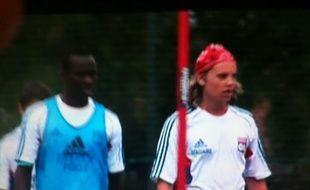Capture d'écran d'ITélé, montrant Pierre Sarkozy à l'entraînement des joueurs de football de Lyon.