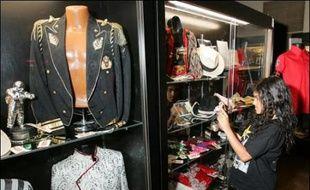 """Des costumes de Michael Jackson se sont vendus plus de 15.000 dollars mercredi lors d'enchères consacrées à l'ex-""""roi de la pop"""" et de sa famille à Las Vegas (Nevada, ouest), d'autres objets partant pour seulement quelques centaines de dollars."""