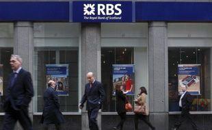 Le directeur général de la banque britannique Royal Bank of Scotland (RBS) a annoncé vendredi qu'il renoncerait à recevoir un bonus pour cette année, tirant les conséquences d'un énorme bug informatique qui depuis plus d'une semaine a pénalisé des millions de clients.