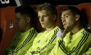 Le Norvégien Martin Ødegaard (au centre) sur le banc du Real Madrid, en mars 2016.
