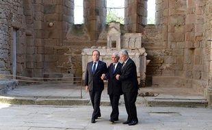 François Hollande, le président allemand Joachim Gauck et Robert Hebras, l'un des trois rescapés du massacre d'Ouradour-sur-Glane, le 3 septembre 2013, dans l'église de la ville pour une cérémonie en hommage au 642 morts.