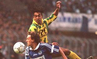 Yvon Pouliquen à la lutte avec Patrice Loko lors de Strasbourg-Nantes (2-0), le 15 avril 1995.