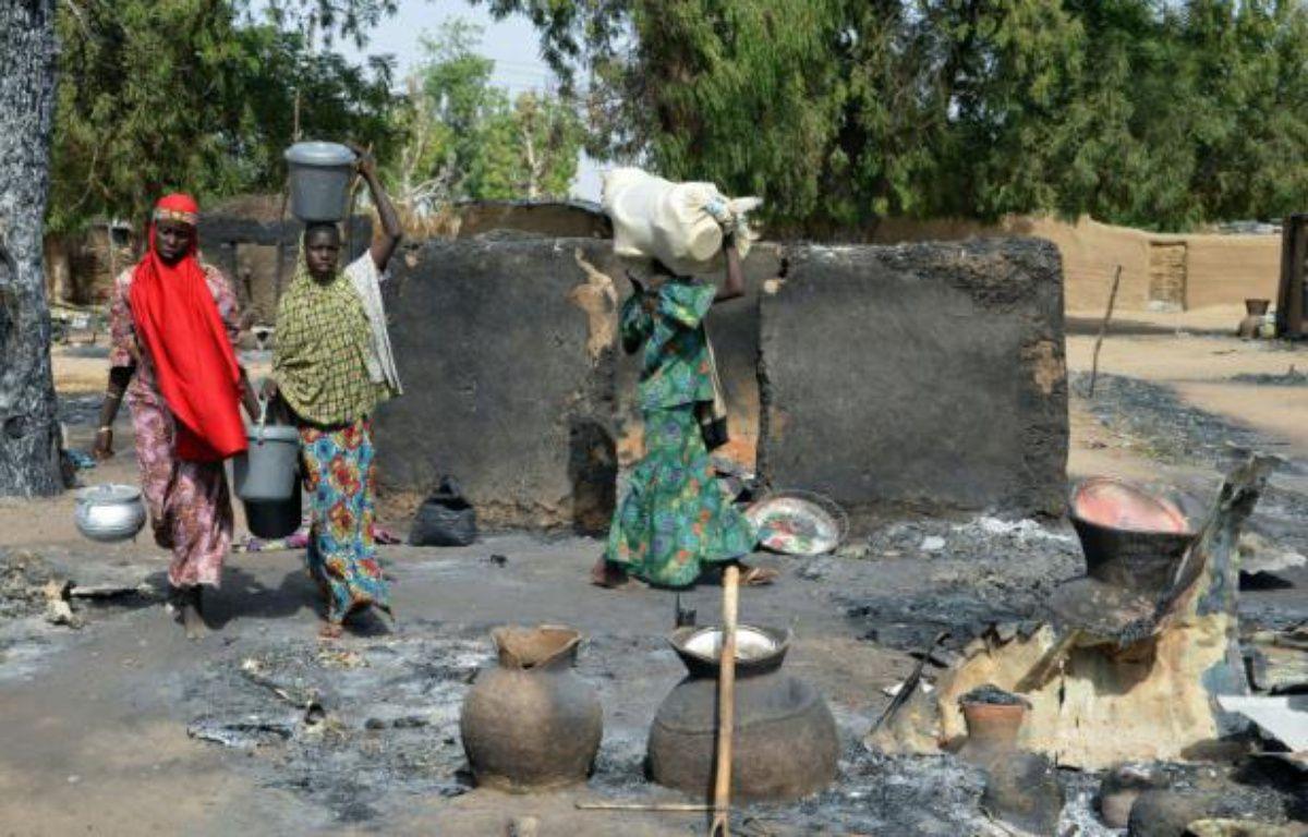 De jeunes nigériennes fuient les islamistes de Boko Haram, le 6 février 2016 dans la périphérie de Maiduguri – STRINGER AFP