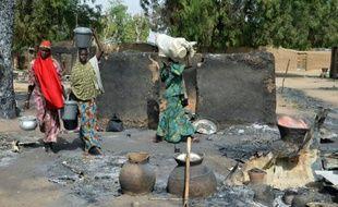 De jeunes nigériennes fuient les islamistes de Boko Haram, le 6 février 2016 dans la périphérie de Maiduguri