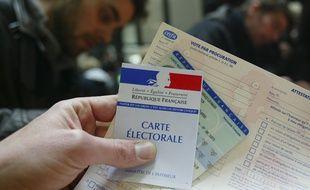 Dans un commissariat, des électeurs en train de faire une procuration de vote.
