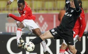 Jean-Jacques Gosso tente de déborder Martial Robin lors de Monaco-Grenoble le 31 janvier 2009.