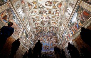 Les visiteurs admirent la chapelle Sixtine à l'occasion de la réouverture du musée du Vatican, à Rome, le 3 mai 2021.